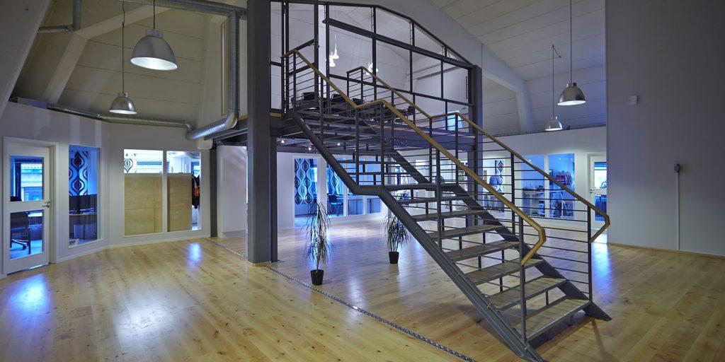 Nyrenoverad takvåningslokal med konferens i entresol.